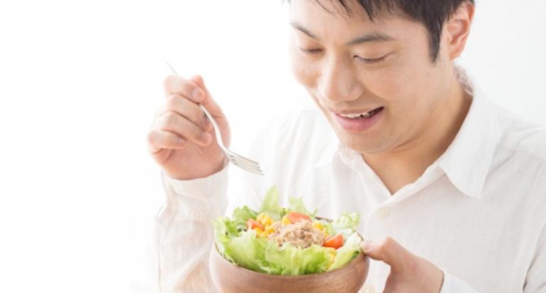 Ilustrasi pria makan sehat atau sayur.   Sumber Foto:shutterstock.com